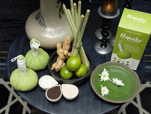 Each massage ball contains branches of ginger, turmeric, wormwood, grapefruit peel, lemongrass, glutinous rice, cinnamon, and Bach Truc along with heat therapy that helps blood circulation, thereby reducing pain. Quickly, detoxifies the body, the aroma from herbs helps dispel fatigue, the spirit is refreshed, much more pleasant.